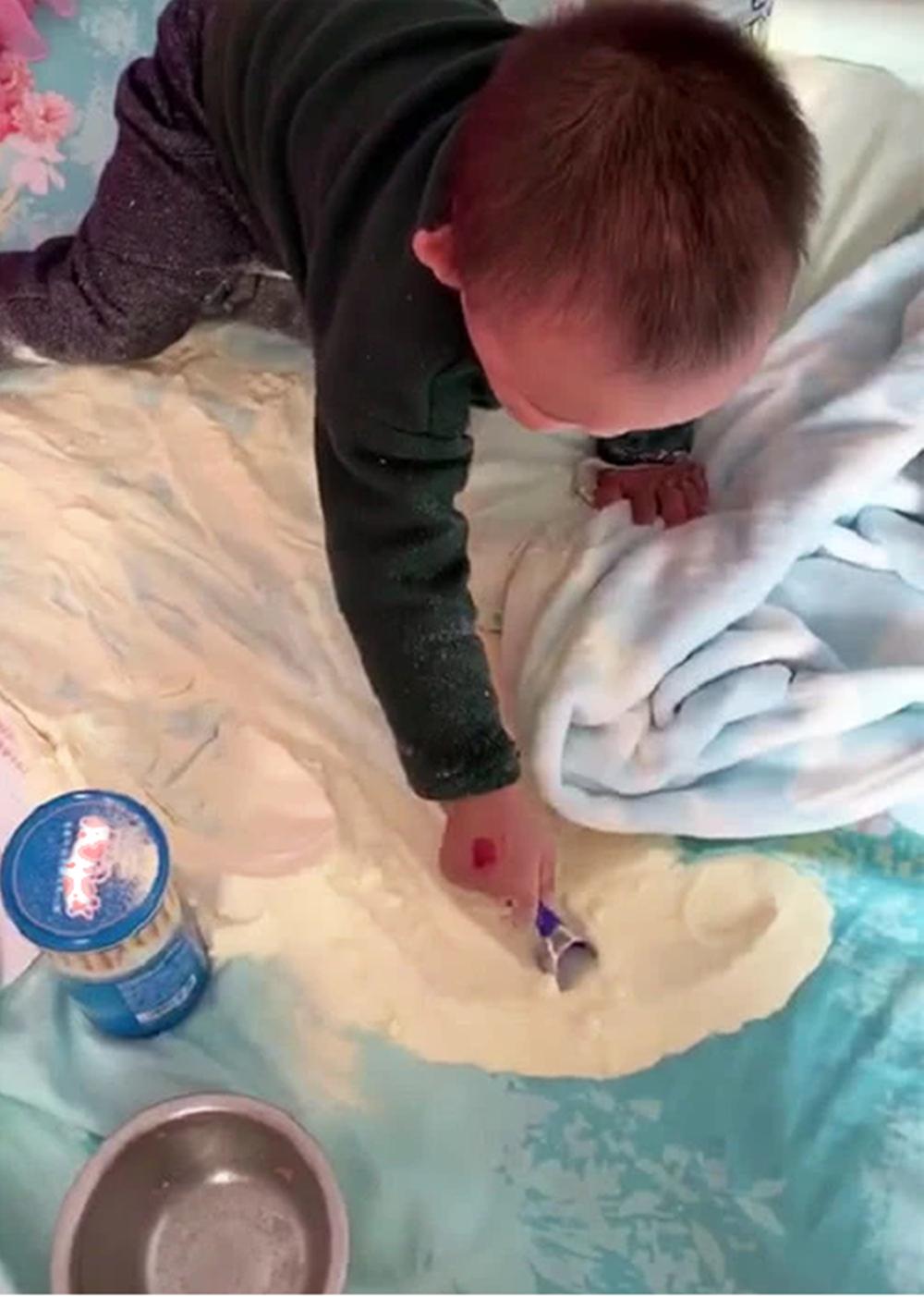 """2岁娃不睡觉""""玩沙子"""",宝妈进来楞在当场,网友:玩具太贵"""