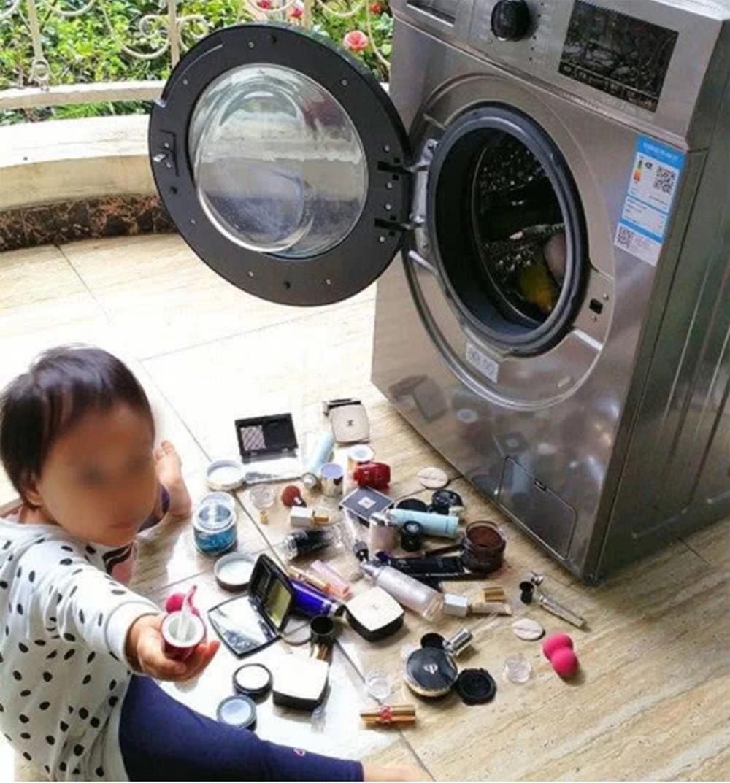 """3岁娃帮妈妈""""洗掉""""4万元化妆品,全部糟蹋了,宝妈心里苦"""