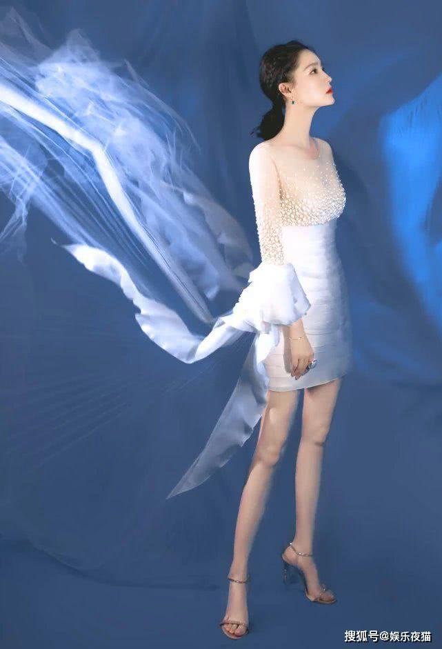 """李沁的直线腿厉害,穿上""""丝袜裙""""靠墙站,还以为她腿消失了"""
