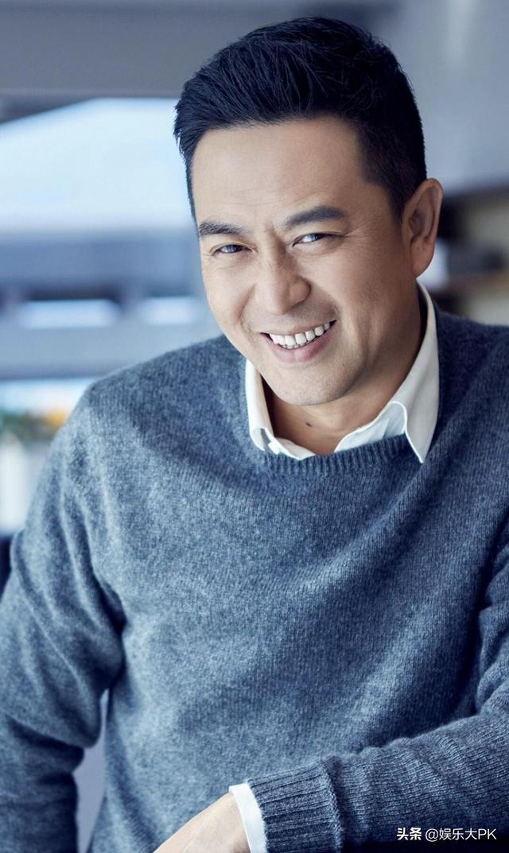 张嘉译属于大器晚成,39岁凭借《蜗居》中的宋思明一夜红遍大江南北.