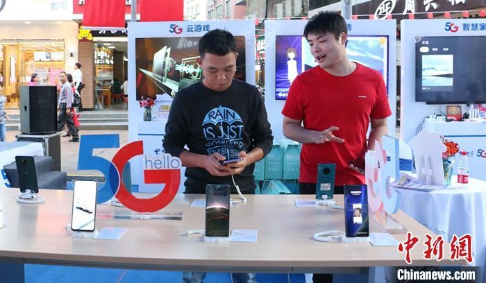 中国消费者平均每天在网络社交媒体上花费超过2.3个小时