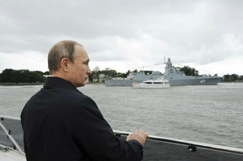 俄两舰队黑海大演习 普京乘巡洋舰观摩高超音速导弹试射