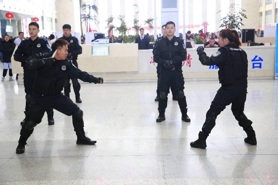 春运首日,吉林铁警进站上车开展宣传活动