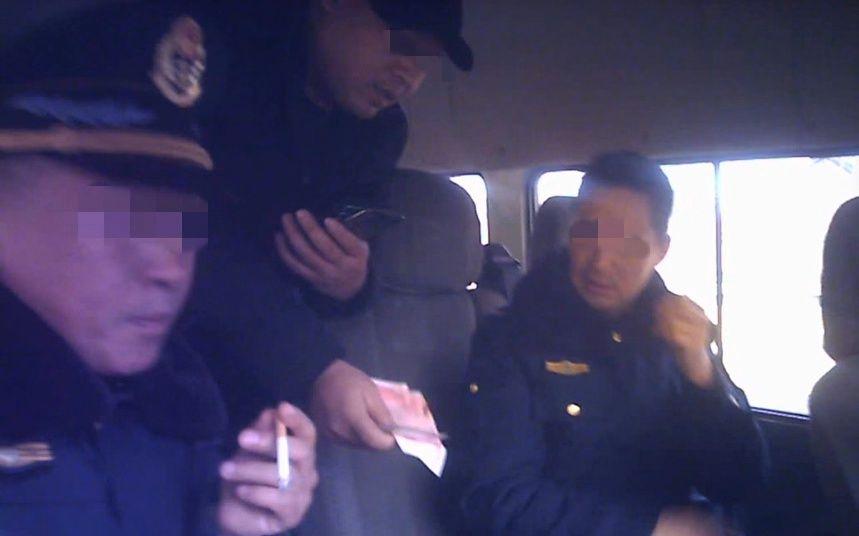 """河南9名交通执法人员收钱放行超载车,一人被""""双开"""""""