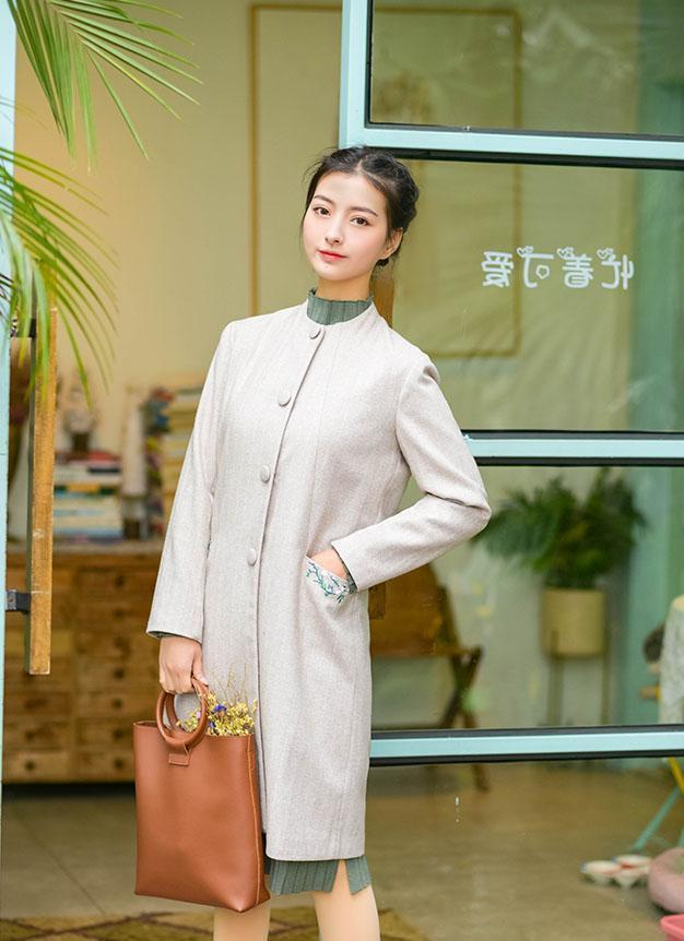 """""""国潮""""成年轻人新宠,今年流行这件中式风衣,美成民国初恋模样"""