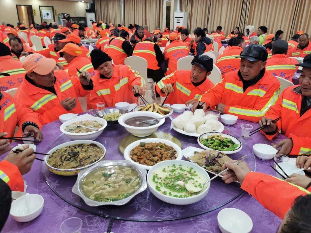 暖心!春节来临之际,东莞厚街五星酒店请环卫工人吃免费午餐