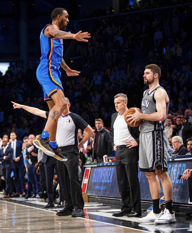 NBA现役最能跳的男人?空中360度大劈扣,跳起来空接头撞篮板