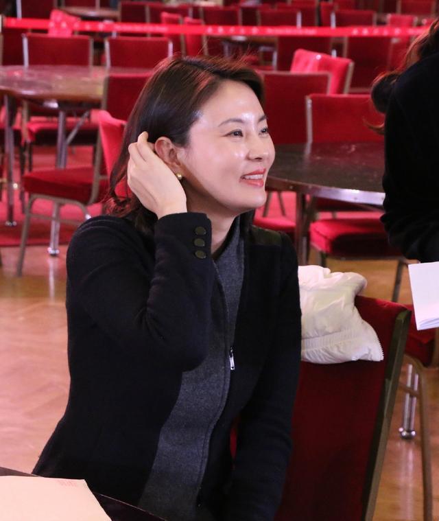 42岁刘芳菲近照流出,皮肤像剥了壳的鸡蛋,一身素衣难掩好气质