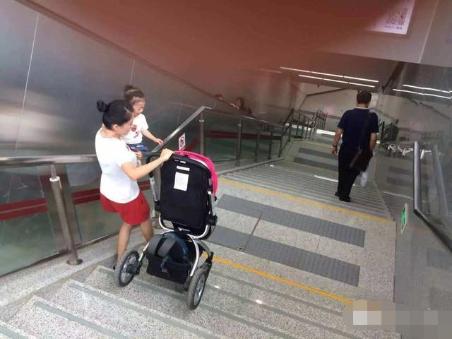 宝妈独自带双胞胎坐地铁,一人咬牙勇抬婴儿车,坚强的让人泪目|
