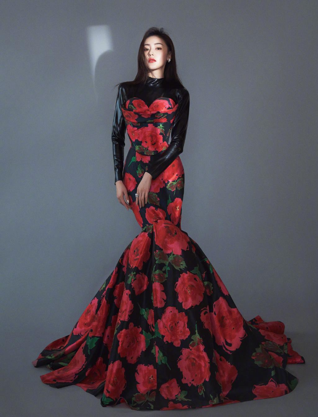 原创             杨紫、张天爱同现红毯,一位清贵高雅,一位挑战肯豆同款身材绝好