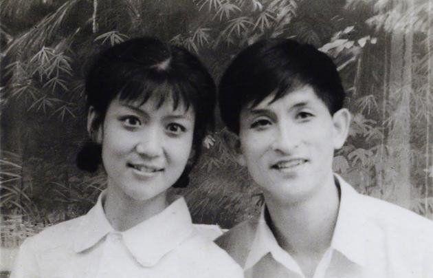 母亲太漂亮是啥体验?网友晒父母年轻时照片:我妈当年是抢来的吧
