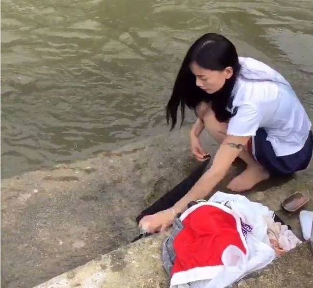 美女河边洗衣时感觉河里不对劲,伸手一捞,女子尴尬了