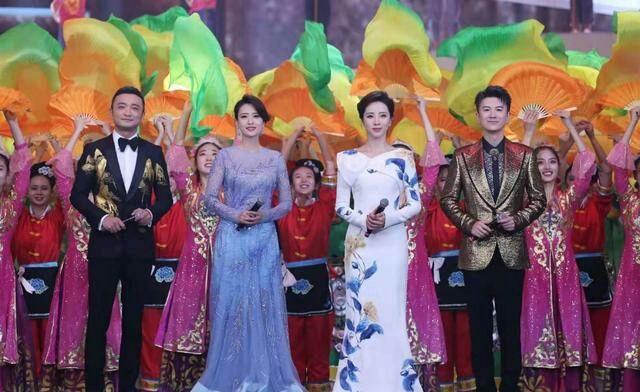 张蕾40岁也不见老,穿薄纱裙主持,身材微胖但气质胜过李思思!