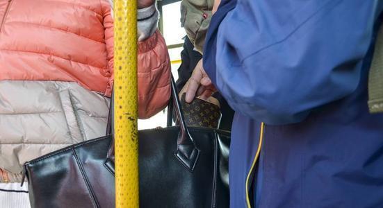 8岁儿子在公车上突喊肚痛,爸爸看了却立马报警,司机:是聪明娃