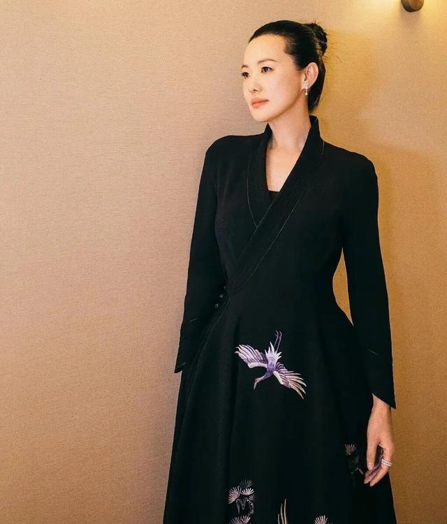 咏梅就是天生有气质,快110的体重胖的很迷人,穿裙子温婉优雅!