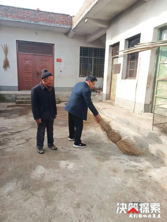 <b>西峡县丹水镇朝阳村:义务为贫困户打扫卫生 助力推进精准扶贫</b>