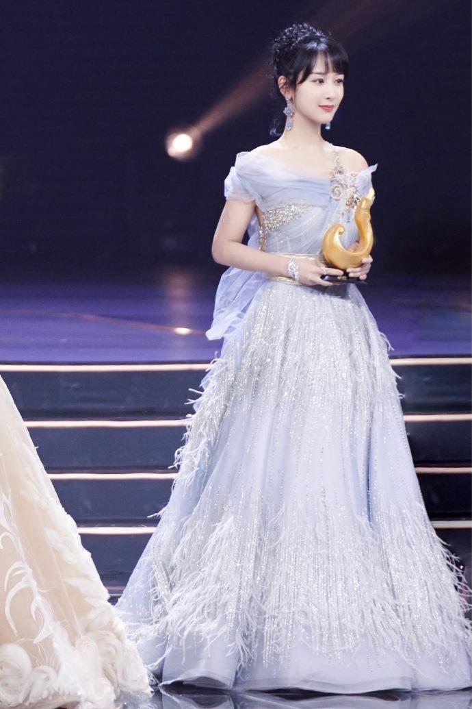 微博Queen 花落杨紫 杨紫出席2019微博之夜收获双项荣誉