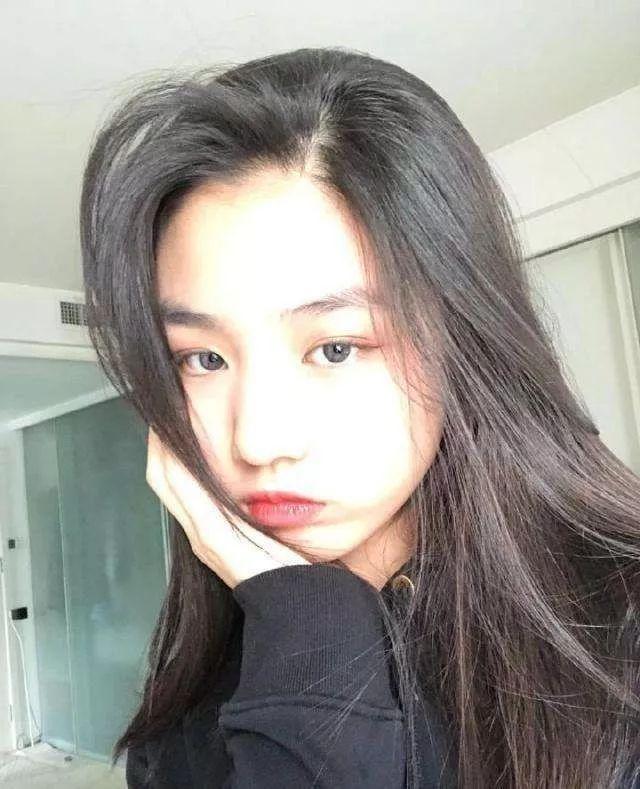 她18岁为汪峰生下一女,被抛弃后险自杀,今女儿与章子怡相处融洽_