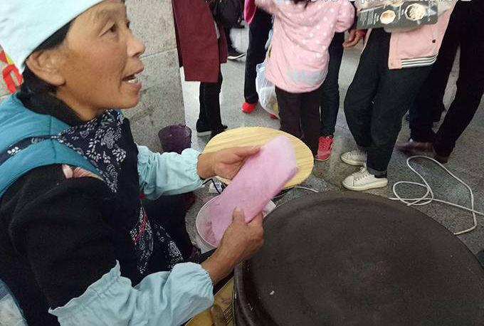 婆婆卖煎饼,每天给乞丐白吃,儿媳不服去要钱,瞥见他脖子,蒙了|