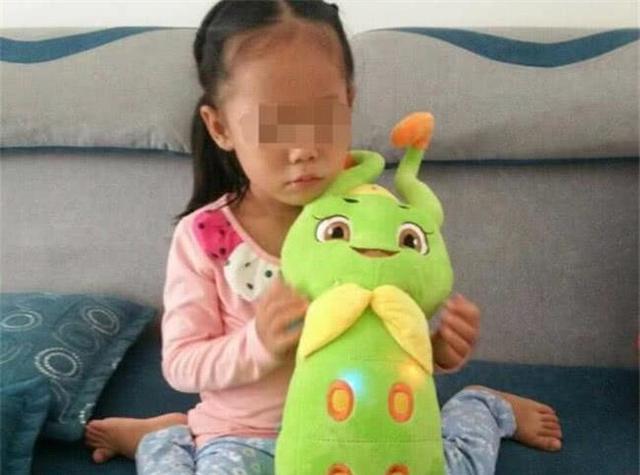 5岁女儿打扰妈妈玩手机,她的做法毁了孩子一生,网友:不配为母