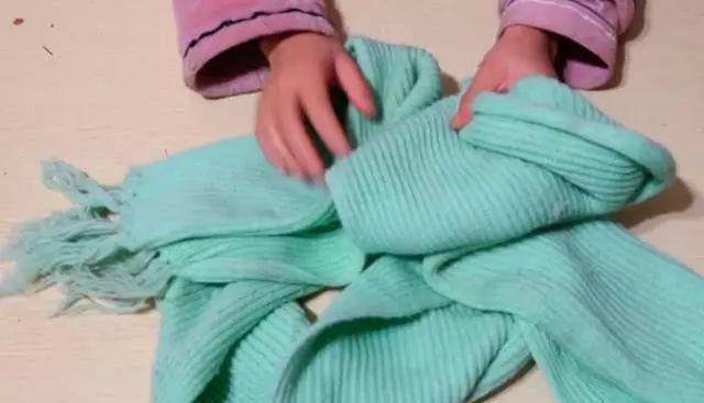 家里不用的围巾不要扔,剪一剪缝在一起,超市的要卖一两百!