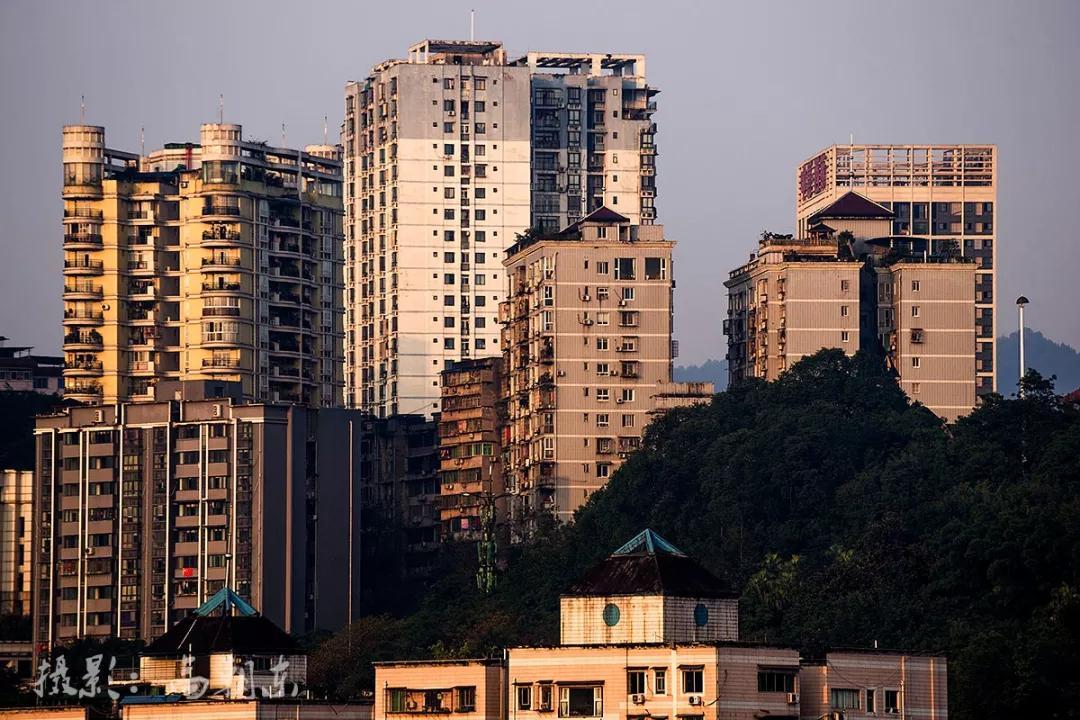 几十米的距离要绕行近千米,这里是重庆涪陵易家坝,不一样的都市视觉