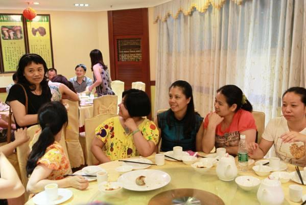 原创单亲母亲参加同学聚会,给闺女打包剩饭被嘲笑,出门后全班都石化
