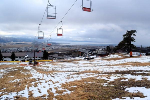 <b>暖冬天气降雪不足 日本福岛多家滑雪场面临经营难题</b>