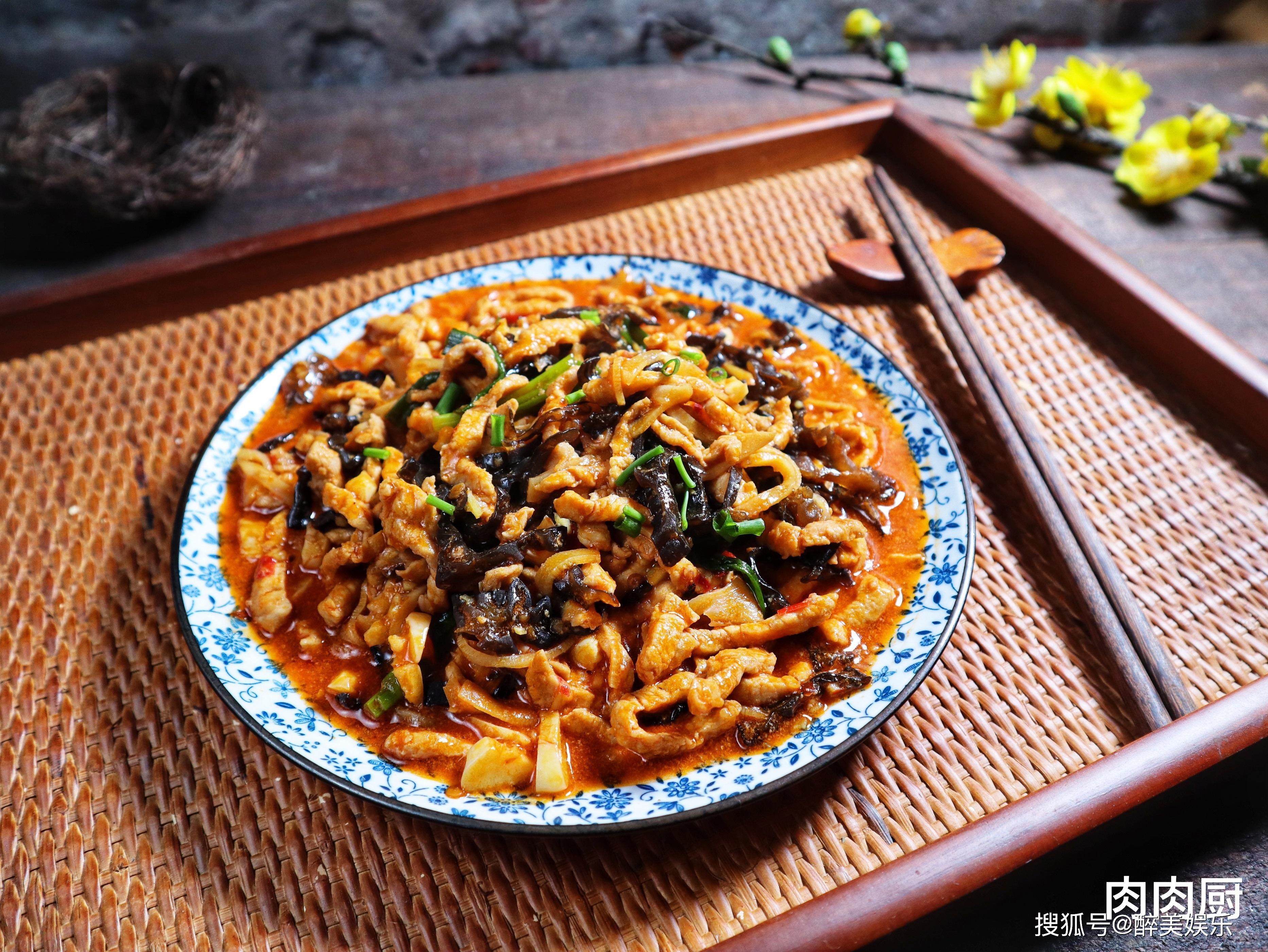 【肉丝这样做,又嫩又香,山珍海味比不上,用来拌饭吃,连汤汁都不剩!