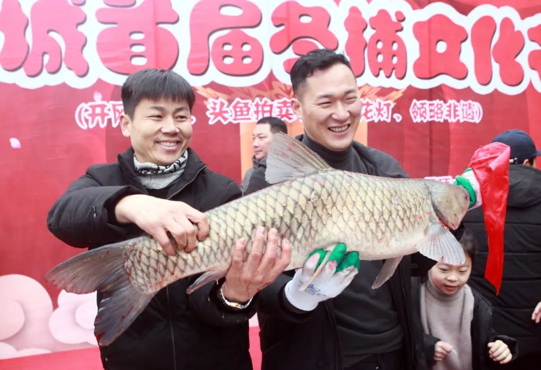 """鷹城首屆冬捕文化節火熱舉行——""""頭魚""""20斤、拍出6.6萬元!"""