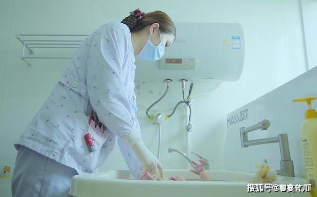 """为啥刚出生的宝宝,护士不给洗澡?宝宝这样""""脏""""有很多好处"""