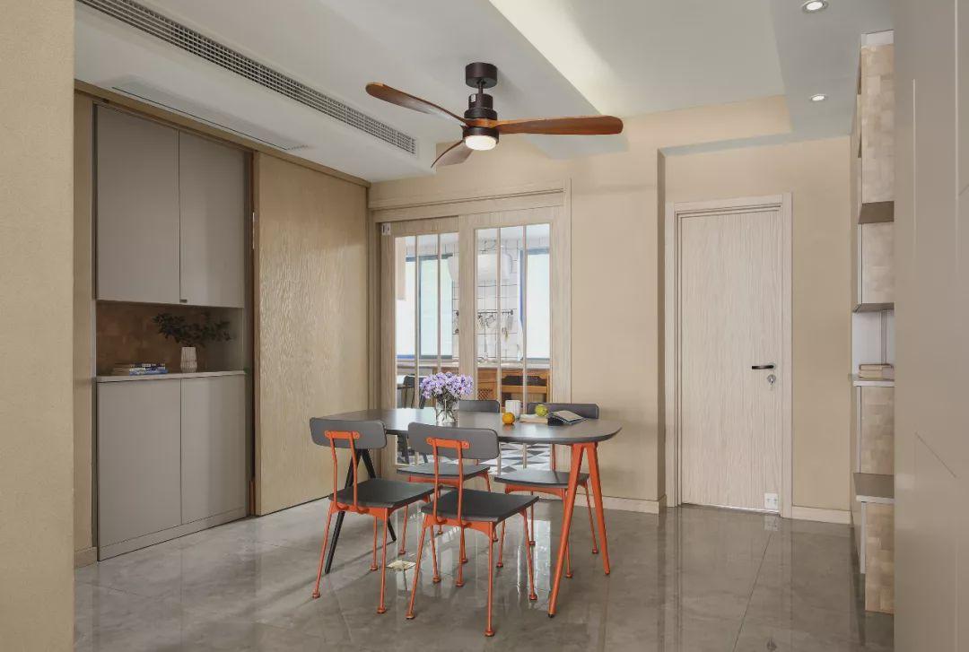 文艺清新的现代北欧复式住宅,寥寥几笔跳色,让生活更加丰富多彩