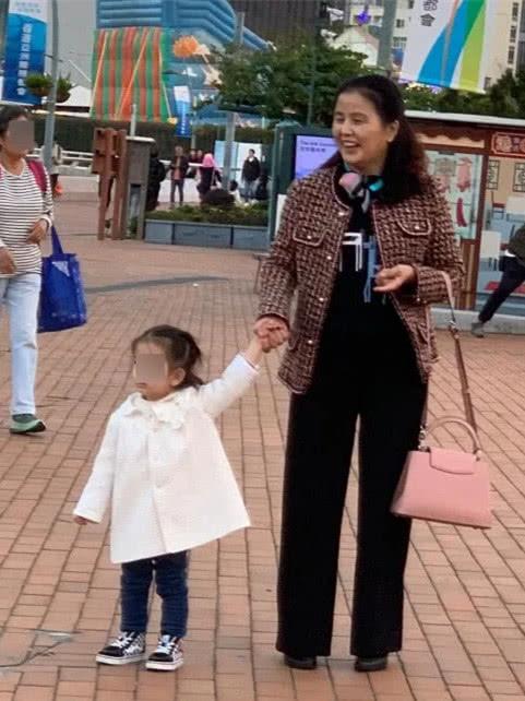 方媛妈妈穿的挺时髦啊,衣服都是牌子货,脸上皮肤倒是很真实!