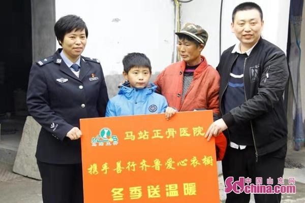 """山东:""""警察妈妈""""携手爱心企业走访留守儿童"""