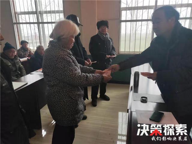 内乡县王店镇集中给贫困群众发红包喜迎新春佳节