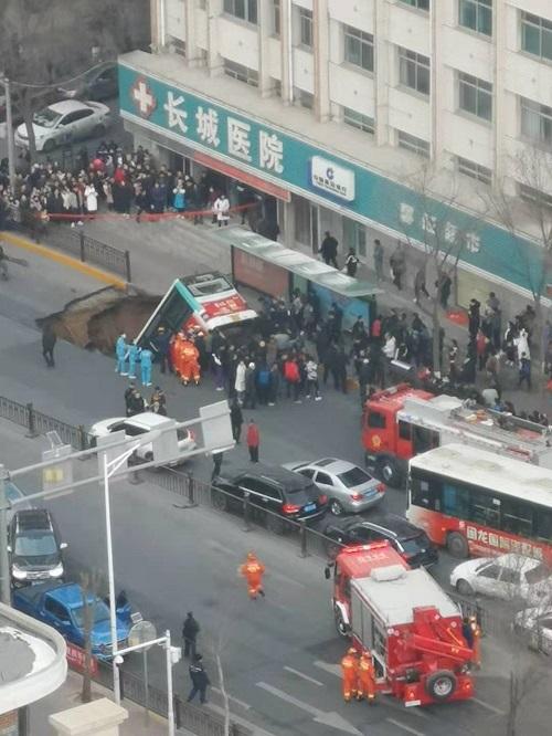 """官方通报""""西宁路面塌陷致公交车掉入""""最新情况:13人受伤2人失踪"""