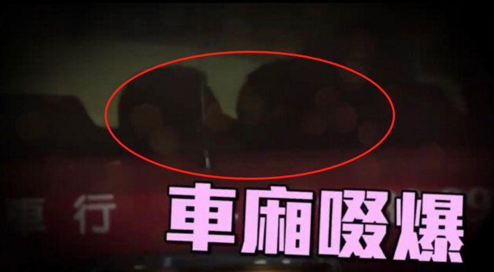 """世纪渣男被戴绿帽,小20岁娇妻与老外车内热吻,翻版""""安心偷食"""" 作者: 来源:不八卦会死星人"""