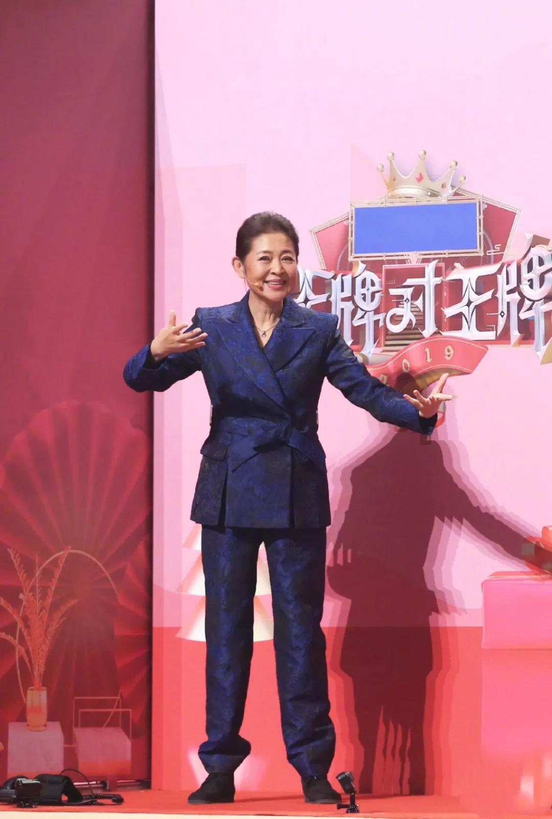 倪萍现身医院,膝盖有伤却不忘探望赵忠祥,央视主持人情谊深