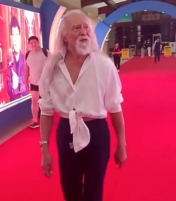 83岁王德顺亮相红毯,时尚搭配似巩俐经典造型,曾半裸走T台