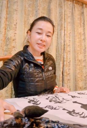 刘晓庆素颜练字,67岁肌肤嫩滑五官却奇怪,头发细节暴露性格