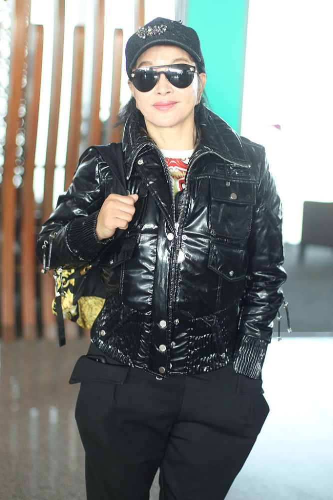 刘晓庆新造型好性感,3D身材把皮衣穿成紧身衣,真不像67岁的样子