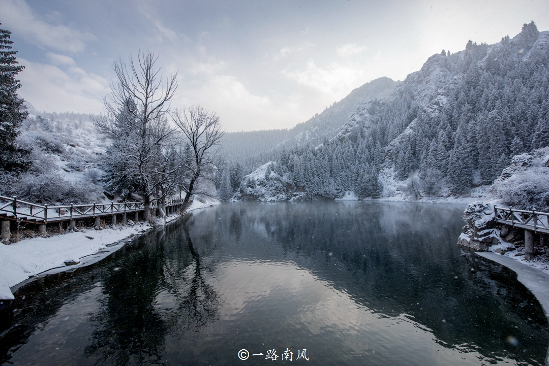 <b>新疆最美的湖泊,零下二三十度依然不结冰,传说西王母曾在此洗脚</b>