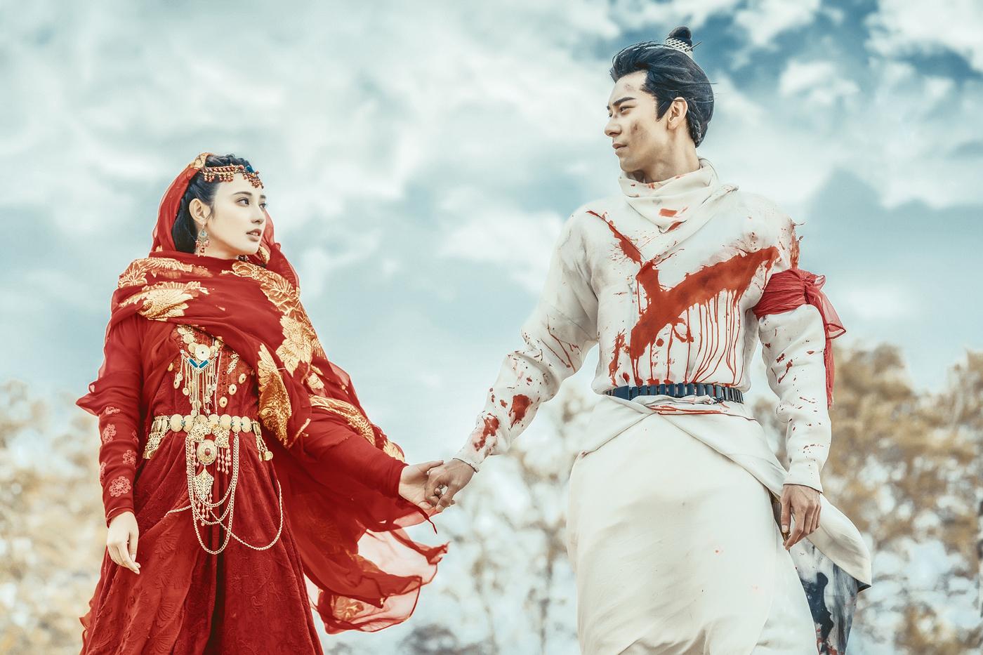 原创             红衣小枫换白衣也惊艳,彭小苒V领裙锁骨迷人,八千多酒瓶包抢镜