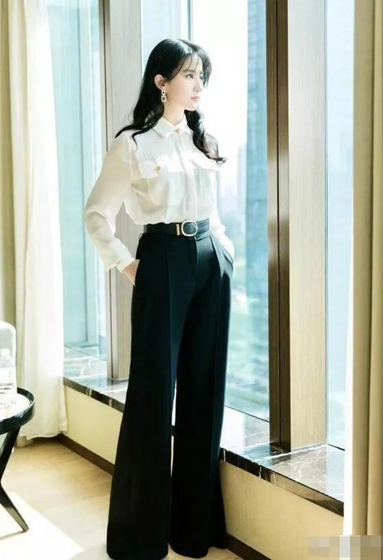 """刘亦菲终于""""藏不住""""了,一字肩仙女裙秀丰满身材,越来越有韵味"""