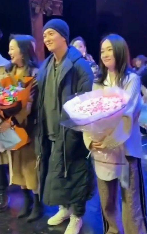 杜江与美女粉丝合影霍思燕吃醋,直接靠过去让杜江紧张得站直身体