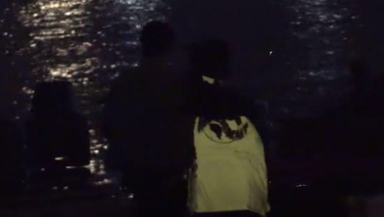 谢娜与张杰聚餐坐老公大腿拥吻秀恩爱,饭后散步甜蜜亲吻太幸福