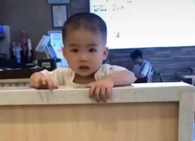 孩子在座位上乖巧等餐,被隔壁阿姨用炸鸡逗哭,宝爸在旁幸灾乐祸