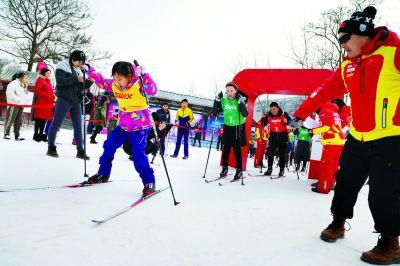 冰雪趣味运动会进社区,小朋友现场感受冰雪赛事魅力. 赵昂摄