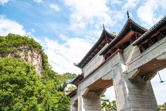 """原创             贵州最""""人性化""""的景区,门票才五元,猕猴成群,比动物园还好玩"""
