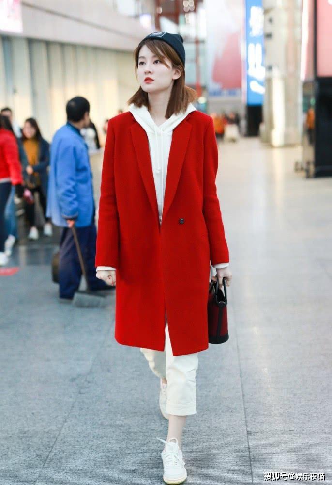 """乔欣穿新年红大衣7分裤,露""""脚踝""""被网友调侃:穿光腿神器了?"""